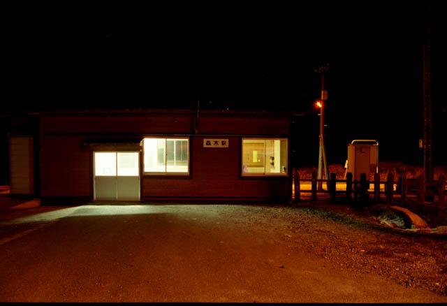 駅前野宿の夜が更けてゆく