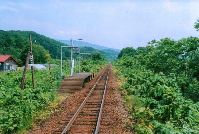 普通列車の車内から見送る初夏の北星駅
