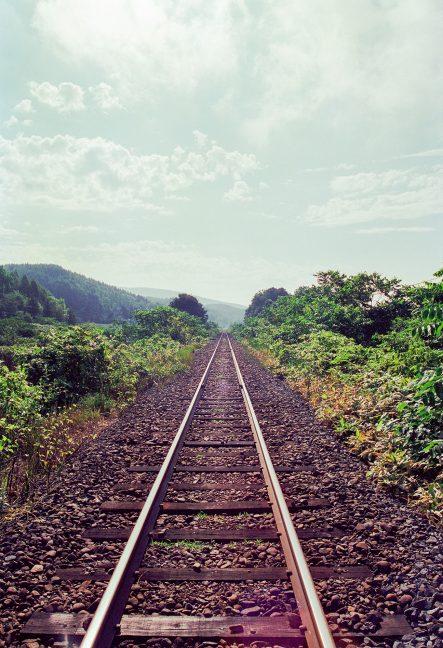 原野に伸びる一条の鉄路が旅情を誘う