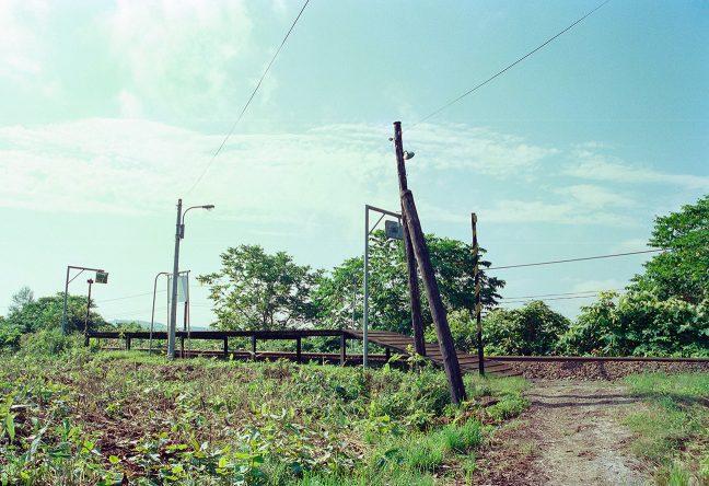 畑の中の轍の先に、簡素な板張りホームだけの北星駅が佇む