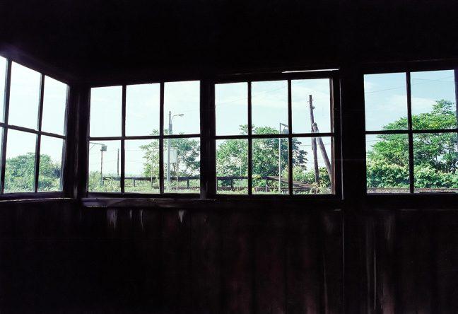 待合室の中から、駅のホームを眺める 古びてはいるが、どこか、ホッとする空間である