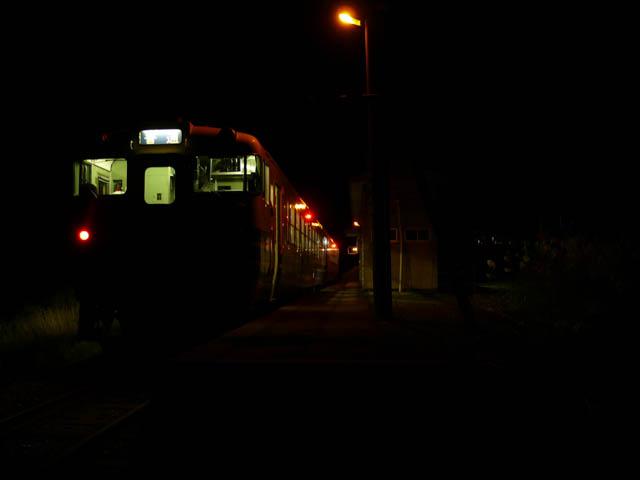 最終のテールライトを見送る旅情駅の夜