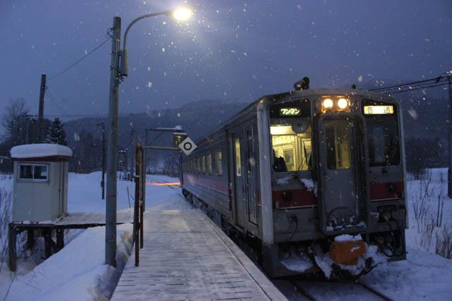 名寄方面への単行気動車から、夕刻の糠南駅に降り立った