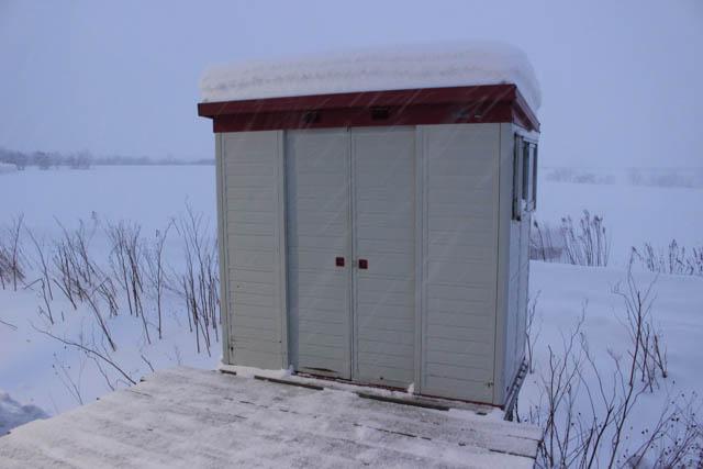 おなじみの物置待合室も、雪帽子を被って佇んでいた