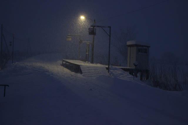 除雪された駅のホームに再び雪がつもり始めた