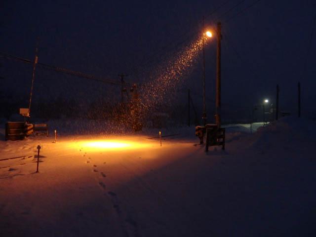スポットライトが印象的な「中問寒糠南線踏切」と糠南駅