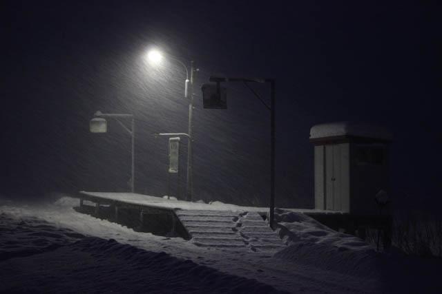 断続的な横殴りの吹雪の中に佇む、糠南駅の孤影