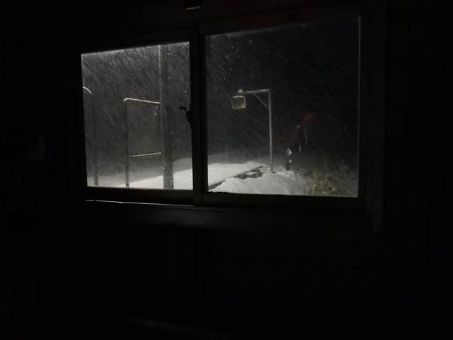 吹雪を避けて物置の待合室でホッと一息