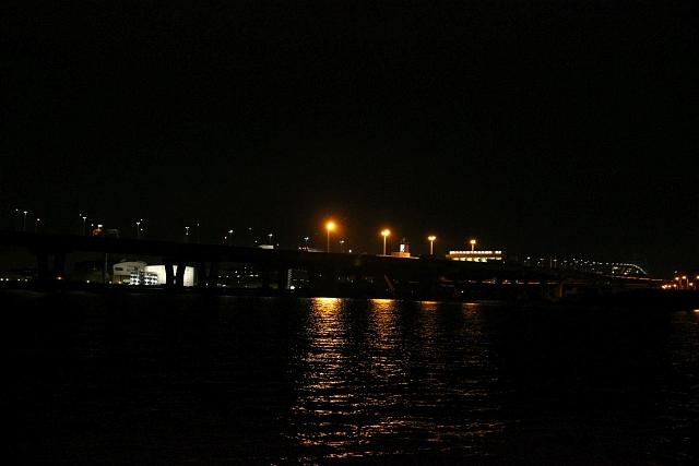 阪神高速湾岸線の夜景が印象的な矢倉緑地公園の夜