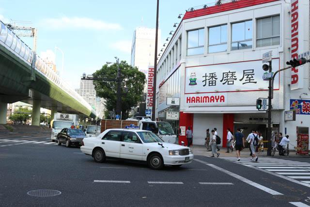 地上付近は地下駅への入り口があるのみの日本橋付近