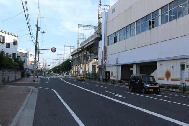 高架線上に設けられた俊徳道駅の布施方