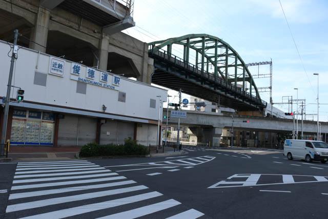 おおさか東線を跨ぐ俊徳道駅の八尾方