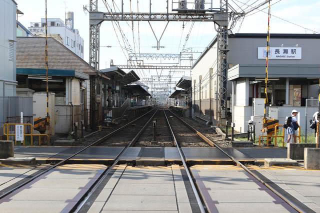 駅の布施方にある踏切から見た長瀬駅