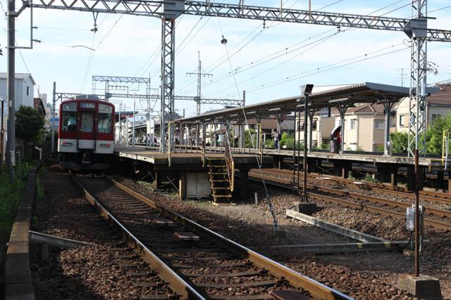 普通列車が退避中の弥刀駅に到着