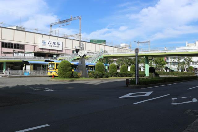 駅前からは、各地へのバスも頻発する