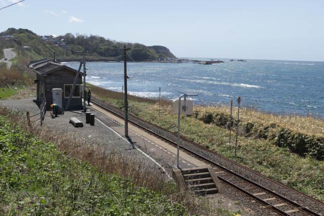 五月晴れの驫木駅では保線作業が行われていた
