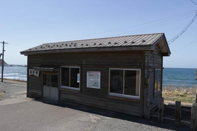 穏やかな日本海をバックに佇む駅舎