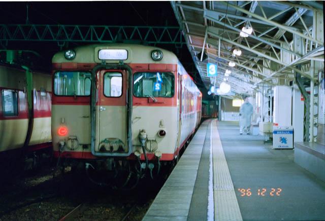 早朝の新宮駅で国鉄色のキハ28系松阪行普通列車に乗り継ぎ