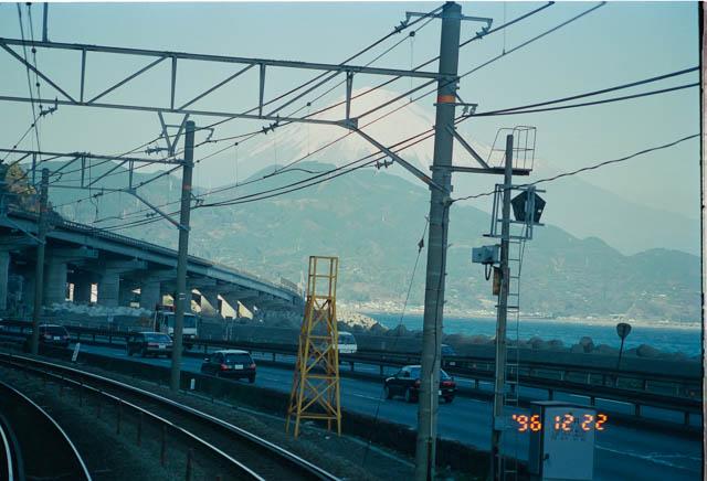 東海道本線由比付近で富士山を望む名景の中を行く