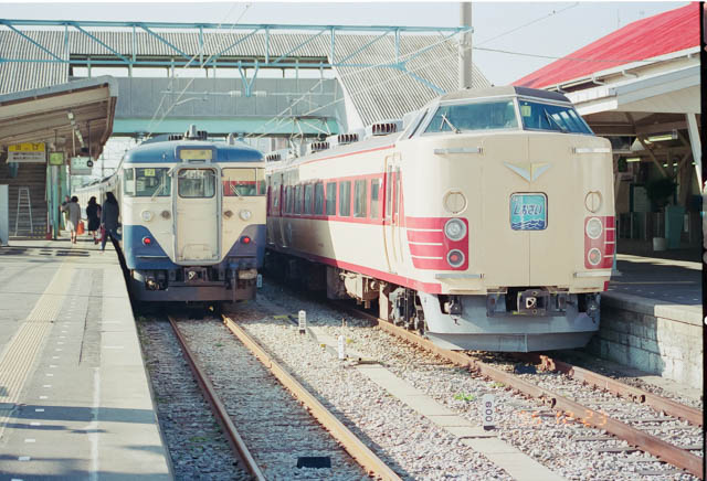 特急「しおさい」とスカ色の普通列車が懐かしい銚子駅