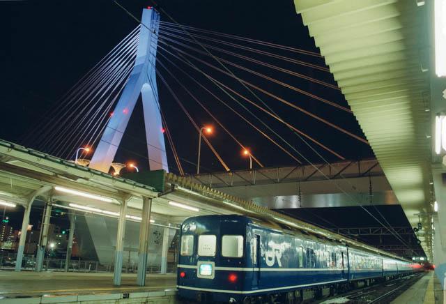 寝台特急「はくつる」とベイブリッジ ~JR東北本線・青森駅~