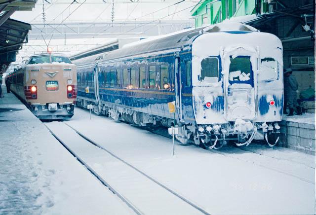 寝台特急「はくつる」と特急「はつかり」 ~吹雪のJR東北本線・青森駅~