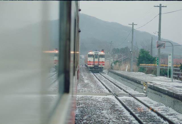 五能線・岩館駅で対向列車と交換
