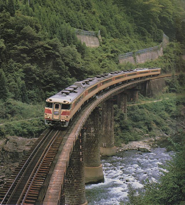 キハ82系特急の代表的風景だった「ひだ」 ~小学館学習百科図鑑31「特急列車」より転載~