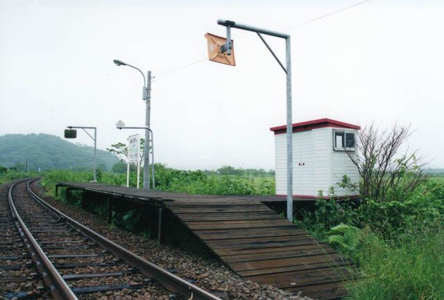 ホーム上に設けられた物置の待合室が印象的な糠南駅