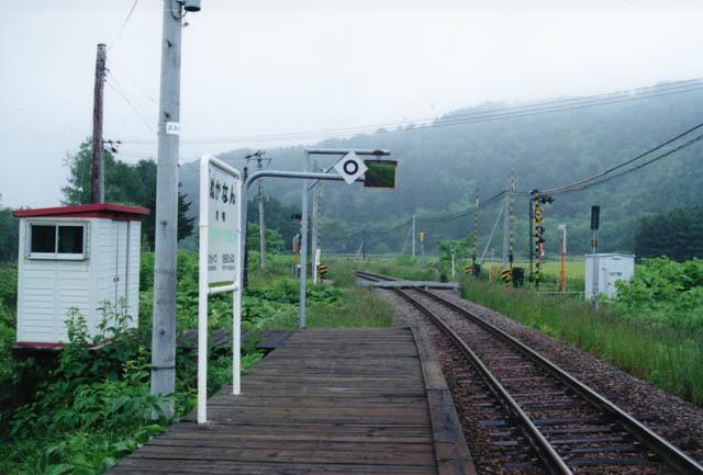 糠南駅から稚内方の風景。「中問寒糠南線踏切」が間近に見える