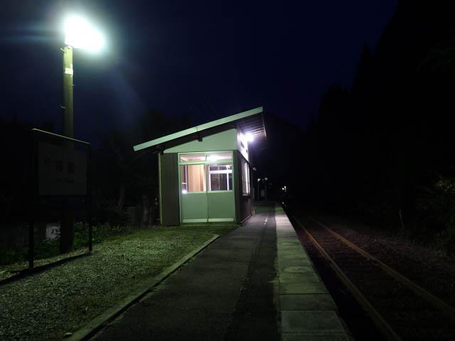とっぷり暮れた山間の旅情駅で一人佇む