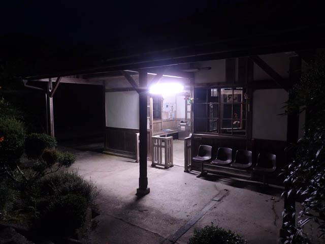 ホームから眺めた知和駅改札