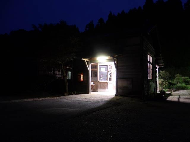 無人の旅情駅を照らす灯りは、どこか温かい