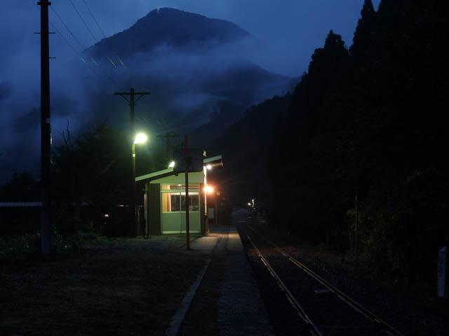 下り方向に屹立する矢筈山が霧の合間に見え隠れする