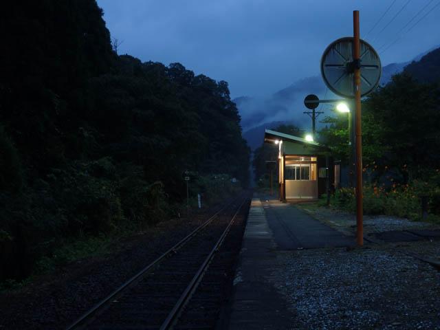 ひっそりと静まり返る早朝の知和駅