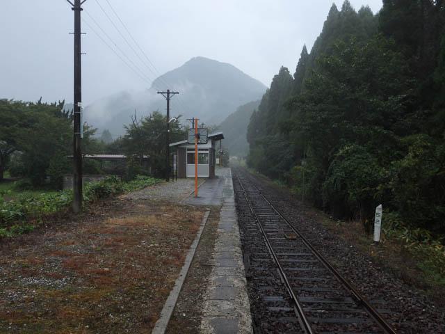 霧雨に煙る矢筈山と知和駅