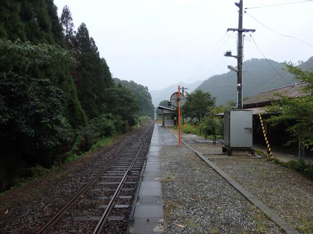始発を待つひと時。上り津山方向を眺める