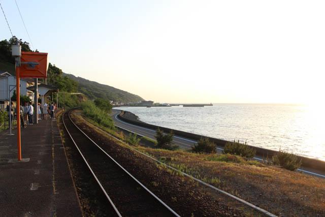 下灘駅からは、国号越しに、瀬戸内海が眺められる