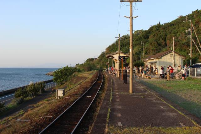 連休期間中だったこともあり下灘駅には多くの観光客の姿が