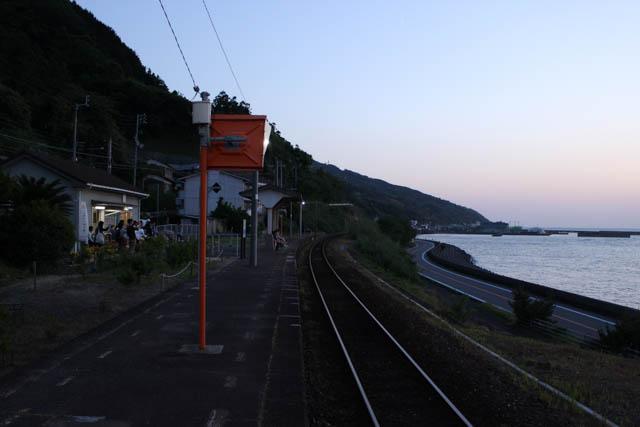 日没の余韻が漂う下灘駅