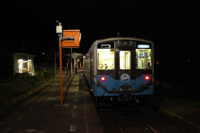 わずかな乗客を乗せて八幡浜への普通列車が出発していく
