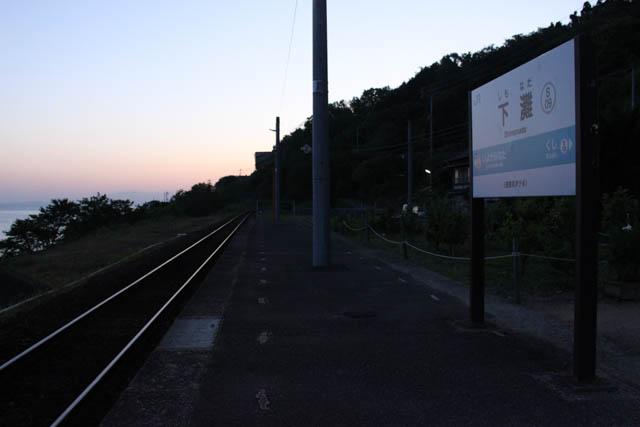 日の出間際の静謐さが心地よい下灘駅