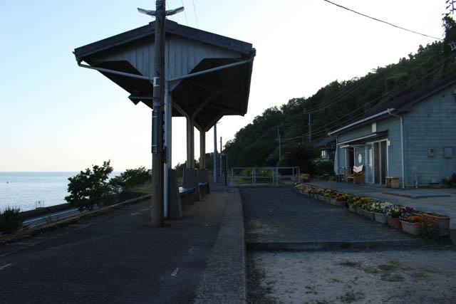 かつての線路跡が残るホームと駅舎の間