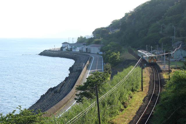 下灘駅に到着した松山行きの始発列車