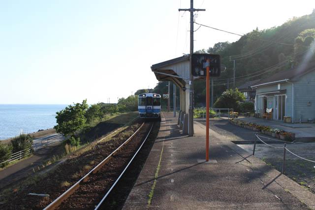 伊予長浜方面への始発列車で、隣の串駅に向けて旅立った