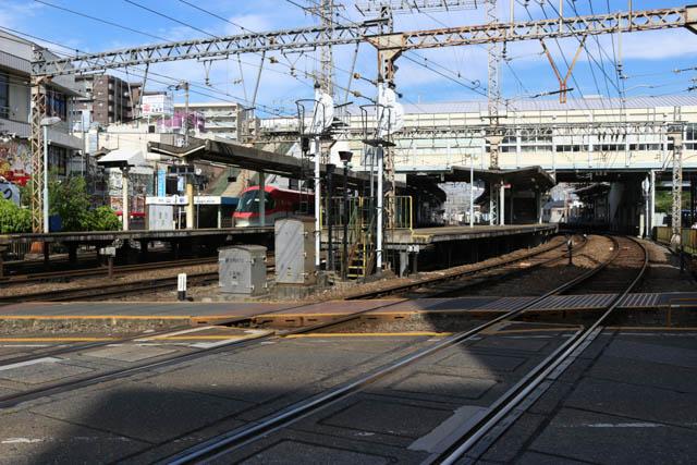 河内山本は、2面4線の大阪線と、1面1線の信貴線ホームを持つ、大形駅である