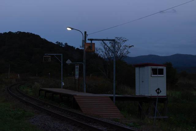 曇天で暮れた夕刻。駅の明かりが灯り始めた