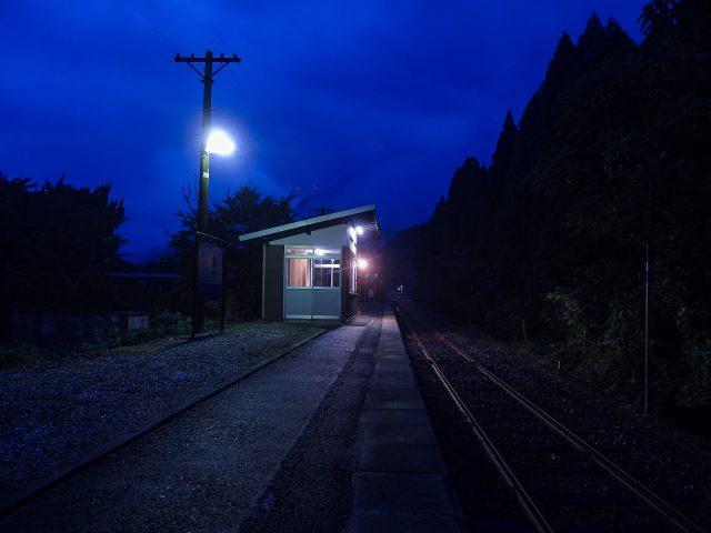 夜明けを迎えた知和駅