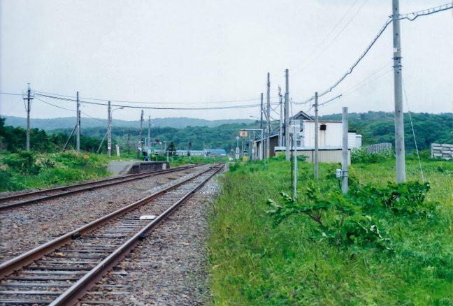 相対式2面2線の抜海駅ホームを稚内方から眺める