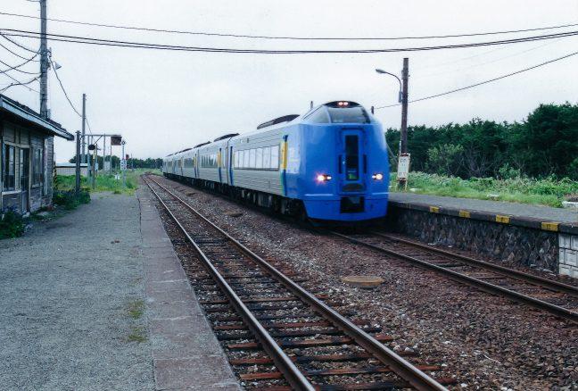 抜海駅を通過する特急「スーパー宗谷」